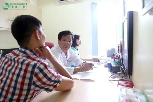 Khi có triệu chứng tiểu ra máu, người bệnh cần đến bệnh viện để được bác sĩ chuyên khoa thăm khám chẩn đoán chính xác nguyên nhân.