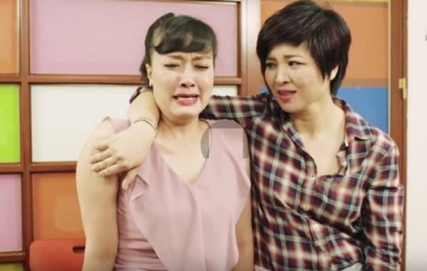 Vân Dung (trái) và đồng nghiệp trong 1 tiểu phẩm hài