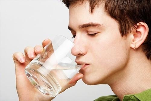 Uống nhiều nước loại bỏ chất cặn bã trong cơ thể