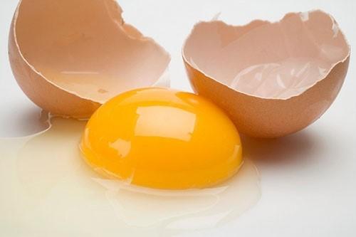Một quả trứng gà có chứa khoảng150-180mg cholesterol. Vì thế, một ngày bạn không nên ăn hơn 1 quả trứng gà