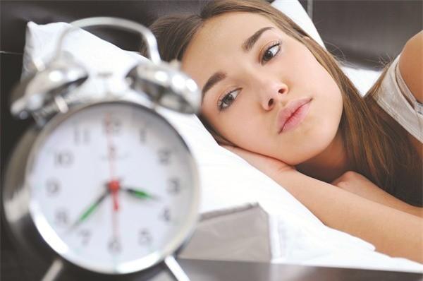 Ánh sáng xanh từ màn hình LED của máy tính bảng, smartphone,… phá vỡ đồng hồ sinh học và ức chế melatonin (một hormon tạo giấc ngủ ngon).