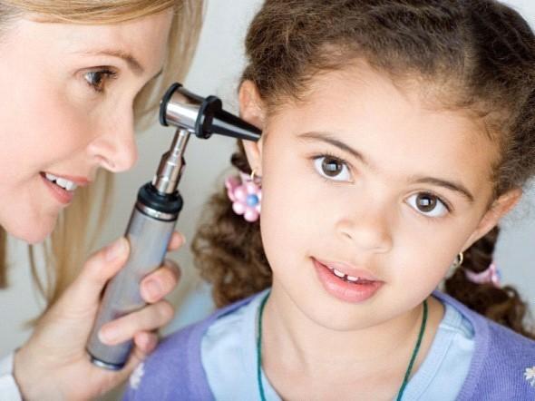 Bạn nên đưa trẻ đến cơ sở chuyên khoa để được thăm khám và điều trị khi viêm tai giữa