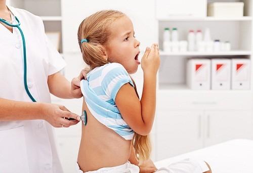 Bạn nên đưa trẻ đến cơ sở chuyên khoa để thăm khám nếu nghi ngờ viêm phế quản