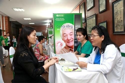 Bác sĩ Đỗ Tuyết Mai (BV Thu Cúc) đang tư vấn sức khỏe cho người dân Quảng Ninh.