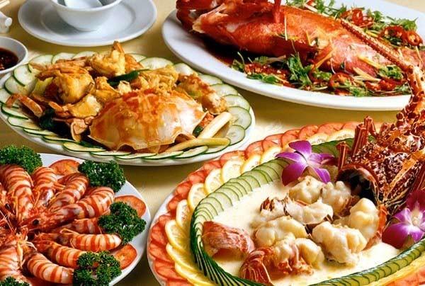 Khi sốt, bộ máy tiêu hóa của trẻ không khỏe như bình thường, trong khi đó cá loại thịt đỏ, hải sản,… có chứa hàm lượng cholesterol cao sẽ gây khó tiêu.