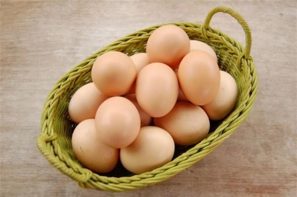 Không nên cho trẻ ăn trứng khi bị sốt vì trong trứng có rất nhiều protein nên sau khi ăn sẽ tạo ra một nhiệt lượng lớn. Trẻ bị sốt ăn trứng gà sẽ khiến nhiệt lượng cơ thể tăng lên không phát tán ra ngoài được, vì vậy sốt càng cao và rất lâu khỏi.