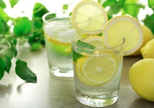Hạn chế tiếp xúc với rượu vang đỏ, nước uống có ga, các loại nước ép trái cây và các loại thực phẩm có tính axit