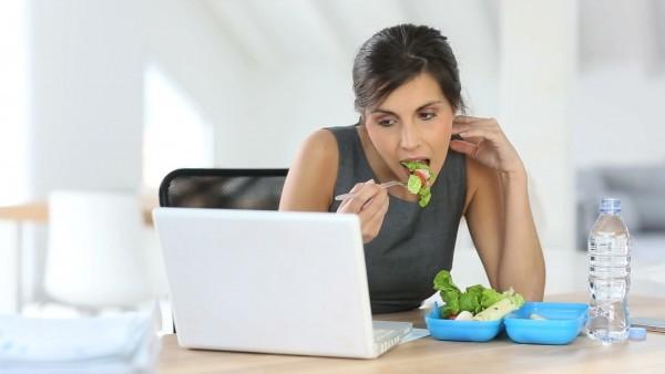Thói quen vừa làm vừa ăn rất dễ dẫn đến đau dạ dày ở người đau dạ dày