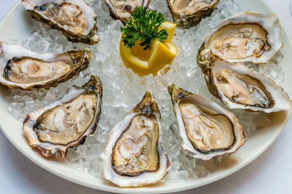 Hàu là loại thực phẩm rất giàu kẽm, giúp cải thiện tình trạng thiếu hụt  testosterone.