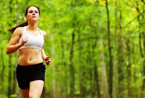 Dành ít nhất là 30 phút mỗi ngày để tập thể dục giúp tăng cường sức đề kháng, cải thiện tinh thần.