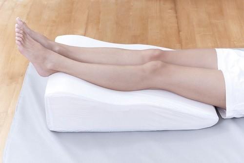 Tốt nhất nên nằm xuống nghỉ ngơi và kê cao chân bằng gối mềm.