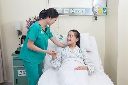 Khách hàng sau phẫu thuật tại Bệnh viện Thu Cúc được chăm sóc chu đáo để nhanh chóng phục hồi.
