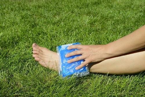 Chườm lạnh lên vết bầm nhỏ và chấn thương khoảng 15 phút, thực hiện đều đặn 4 lần/ngày, cũng là cách hiệu quả để giảm đau, hạn chế viêm.