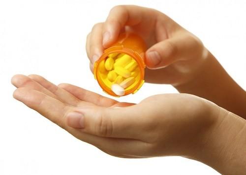 Những trường hợp đau chân do huyết khối tĩnh mạch sâu có thể được điều trị bằng thuốc kháng đông và một loại thuốc được gọi là warfarin.