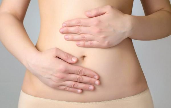Nếu có cảm giác khó chịu vùng quanh rốn xuất hiện cùng lúc với cơn đau âm ỉ ở vai, đau tăng lên sau khi nhiều chất béo thì bạn có nguy cơ mắc bệnh sỏi mật.