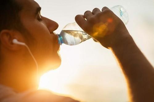 Mất nước cũng là nguyên nhân khiến cơ thể bị mệt mỏi thường xuyên.