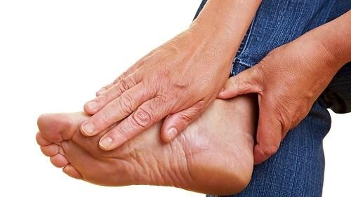 Cơn gút cấp thường được đặc trưng bởi tình trạng viêm khớp khởi phát đột ngột, đau dữ dội kèm theo sưng.