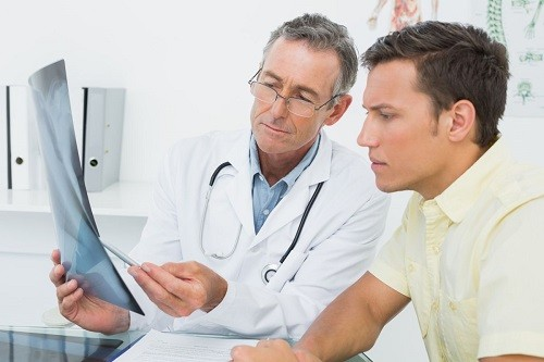 Người mắc bệnh gút nên thăm khám thường xuyên theo yêu cầu của bác sĩ.