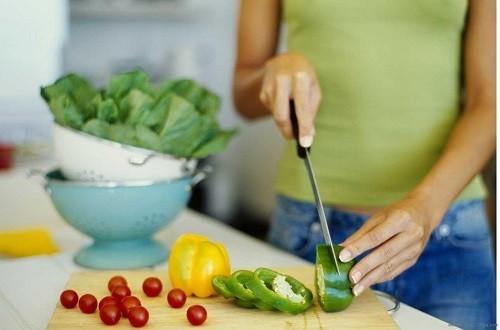 Hãy giảm cân một cách hợp lý và khoa học bằng chế độ ăn uống lành mạnh kết hợp với vận động thể chất.