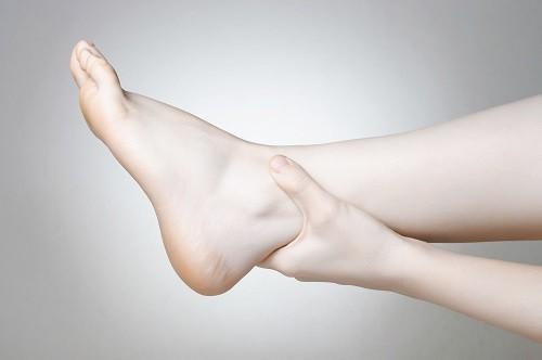 Phụ nữ mang thai cũng thường gặp tình trạng mắt cá chân bị sưng, đặc biệt là vào những tháng cuối của thai kỳ