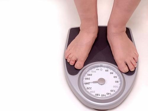 Sưng mắt cá chân cũng gặp nhiều ở những người bị béo phì, thừa cân.