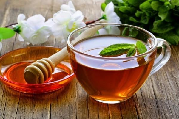 Bạn chuẩn bị một thìa mật ong khuấy đều tron chén trà và thêm vào đó nửa quả chanh vắt sẽ có tác dụng giảm viêm họng.