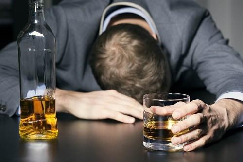 Những người bệnh viêm gan C hay uống rượu sẽ bị sẹo ở gan nghiêm trọng hơn so với những người kiêng cữ không sử dụng đồ uống có cồn