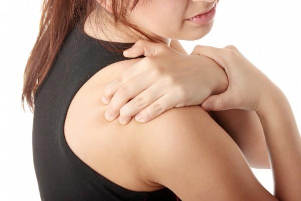 Chấn thương do giật cổ hoặc chấn thương cổ có thể dẫn tới đau vai phải.