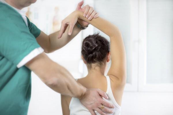 Nếu trật khớp vai xảy ra ở bên phải, người bệnh sẽ bị đau vai phải.