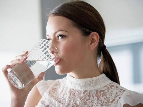 Uống nước thật chậm và bịt mũi trong khi nuốt là một cách đơn giản để chữa nấc cụt.