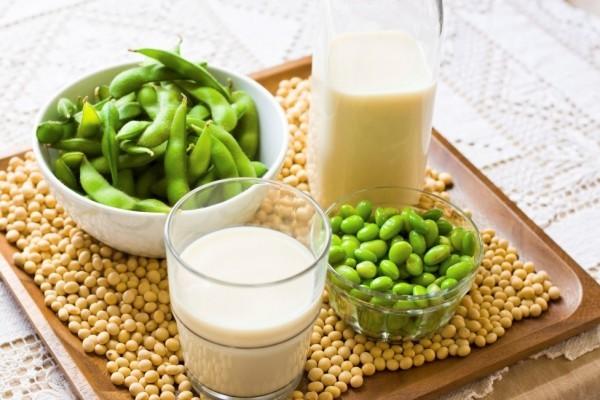 Các loại hợp chất như estrogen tự nhiên có trong các sản phẩm từ đậu nành giúp kiểm soát những cơn bốc hỏa ban đê