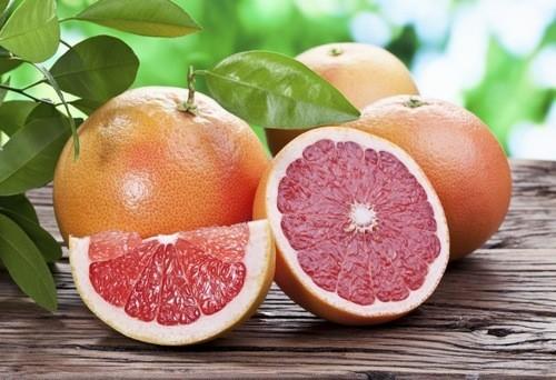 Bưởi là lựa chọn rất lành mạnh cho bệnh nhân tiểu đường. Người bị tiểu đường có thể dùng một nửa trái bưởi đỏ mỗi ngày.