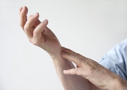 triệu chứng nhồi máu cơ tim: tê ở cánh tay và bàn tay