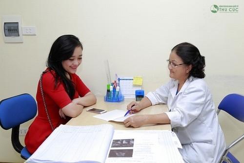 Bác sĩ của Bệnh viện Thu Cúc tư vấn điều trị viêm âm đạo cho bệnh nhân