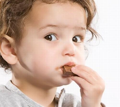 Cho trẻ ăn đồ ngọt ngay khi trẻ có dấu hiệu hạ đường huyết
