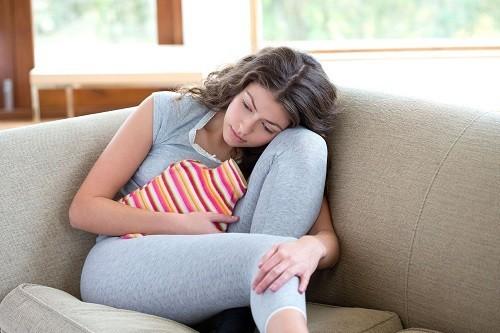 Sử dụng túi chườm nóng thay vì thuốc giảm đau để làm dịu cơn đau bụng, ngủ ngon hơn