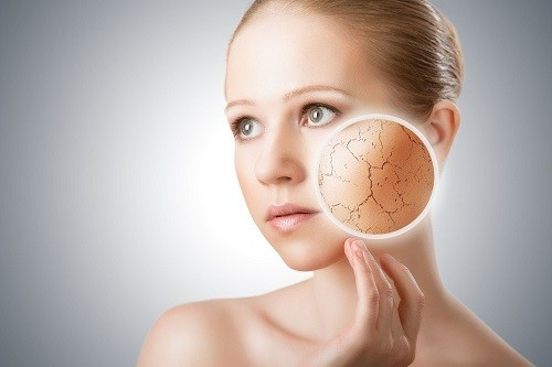 Da khô thường là do ảnh hưởng của môi trường. Một số bệnh lý nhất định cũng có thể gây ra triệu chứng là da khô