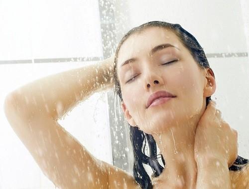 Tắm quá lâu, tắm nước nóng cũng là những yếu tố nguy cơ dẫn tới tình trạng da khô.