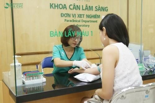Nên đến cơ sở y tế uy tín để thăm khám, xét nghiệm máu phát hiện mang thai sớm khi thấy có dấu hiệu.