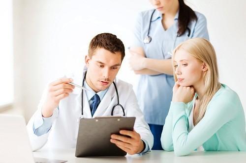 Bạn nên đến cơ sở chuyên khoa để được thăm khám và điều trị khi ho ra máu
