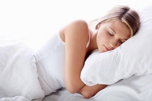 Người bệnh nên ngủ với tư thế nâng cao đầu để thực quản cao hơn dạ dày và phần dịch axit còn lại sẽ nằm yên vị trong dạ dày