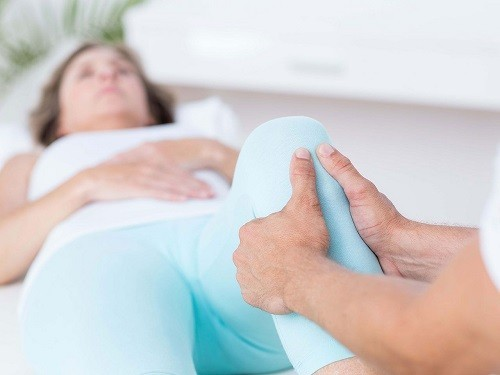 Vật lý trị liệu dành cho người bệnh phẫu thuật thay khớp gối bao gồm các bài tập cải thiện sự linh hoạt và sức mạnh.