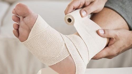 Tốt nhất khi bị sưng mắt cá chân vào ban đêm, người bệnh vẫn nên tới bệnh viện hoặc các cơ sở y tế uy tín để kiểm tra.