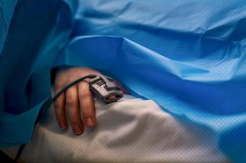 <em>Đau và khó thở có thể là những phản ứng phụ của thuốc gây mê được sử dụng trong quá trình phẫu thuật cắt bỏ ruột thừa.</em>