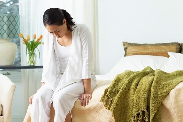 Bụng dưới chướng, đau vùng thắt lưng có thể xảy ra khi đặt vòng tránh thai