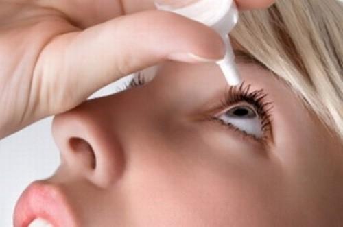 Để tìm ra các vấn đề bất ổn ở mặt sau của mắt, bác sĩ thường áp dụng phương pháp soi đáy mắt.