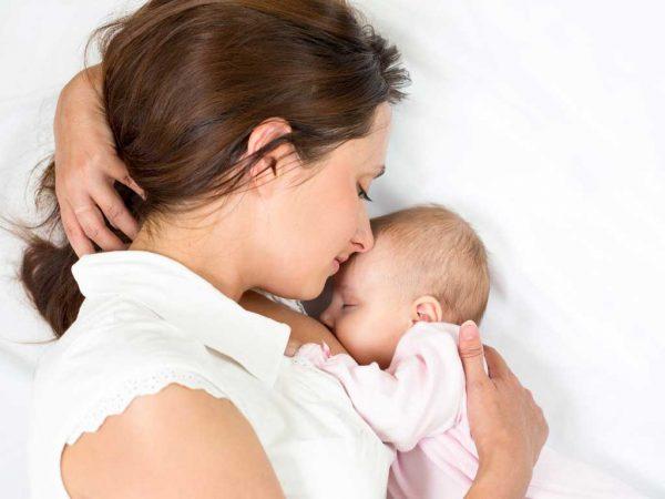 Ngoài tránh thai, bú sữa mẹ hoàn toàn trong 6 tháng đầu đời, giúp bé nâng cao đề kháng và hệ miễn dịch.