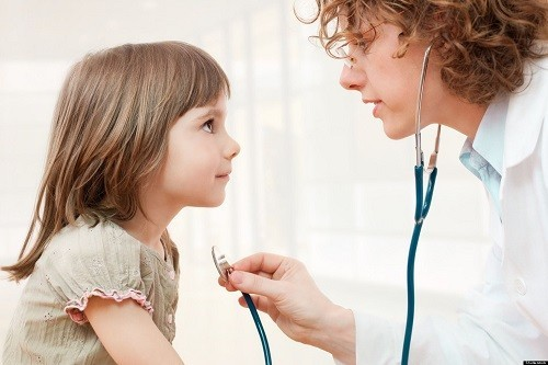 Khi trẻ có các dấu hiệu và triệu chứng nghi ngờ trào ngược dạ dày thực quản, bố mẹ nên đưa trẻ tới bệnh viện để được thăm khám và tư vấn điều trị cụ thể.
