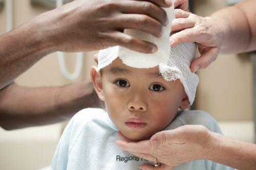 Trẻ bị chấn thương sọ não cần được thăm khám và theo dõi chu đáo