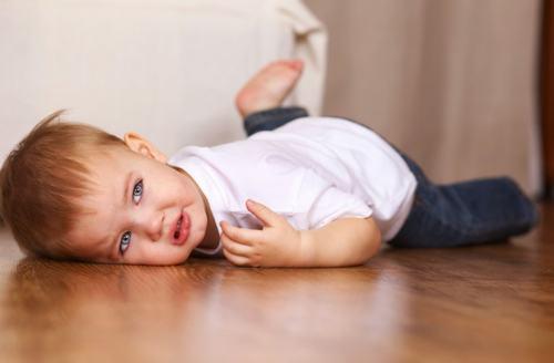 Sau chấn thương, trẻ thường có những biểu hiện như quấy khóc, đôi khi vật vã hoặc, rên rỉ và bỏ bú